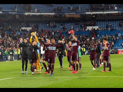 Los jugadores del Celta saludan a los aficionados desplazados a Madrid