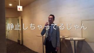 マホモリティリポートは、シネマトゥデイ記者の森田まほがスマホ片手に...
