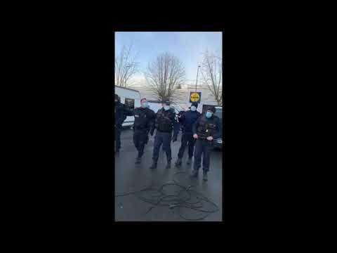 RNN: Polizei gegen Roma in Frankreich. Romni zu Boden gestoßen und Maschinengewehre.