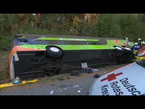 يورو نيوز:إصابة ركاب حافلة بجروح في ألمانيا إثر انحدارها في خندق
