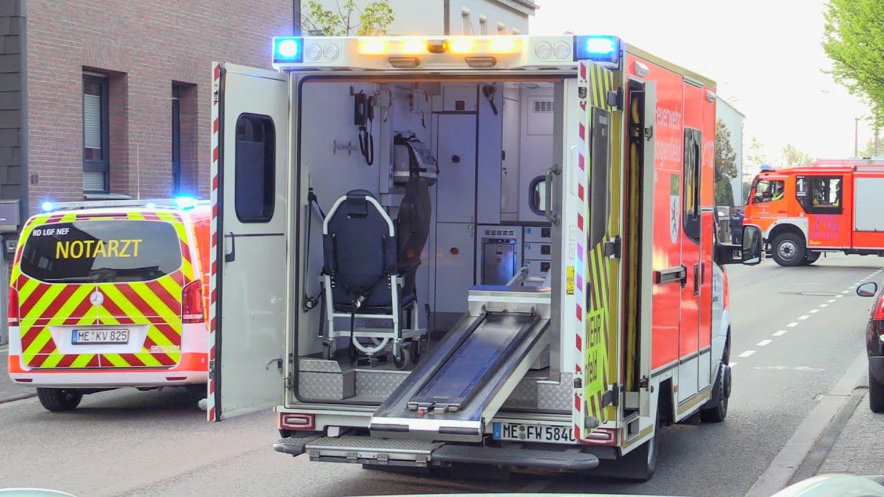 [FEUERWEHR LANGENFELD] - PKW krachte in geparktes Auto ~ 28-jährige Fahrerin schwer verletzt -