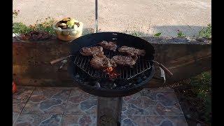 Жарим мясо, овощи и кукурузу на углях в Черногории