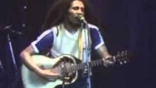 Bob Marley nyanyi lagu Redemption song di konsernya..