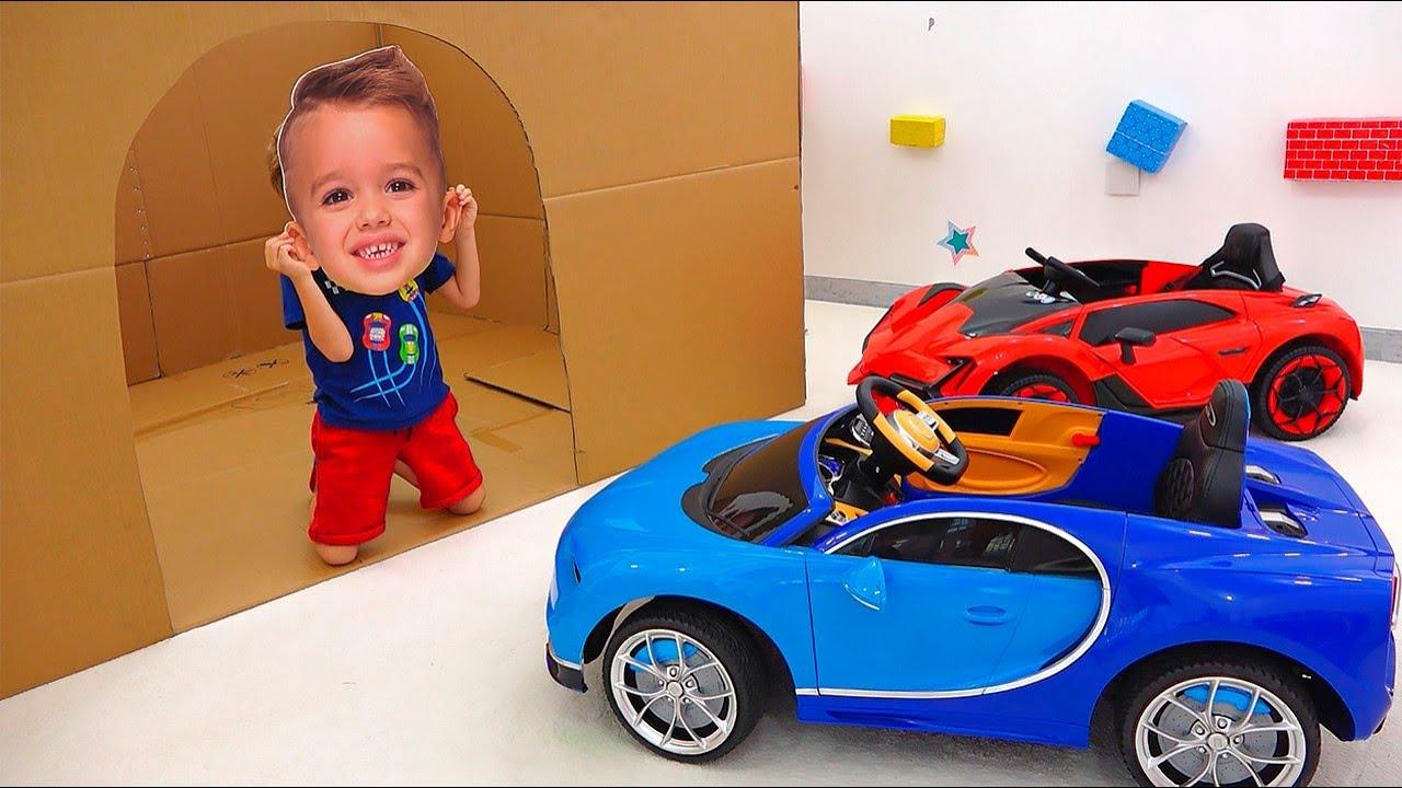 الفتى ونيكي اللعب مع لعبة السيارات - مجموعة الفيديو سيارة للأطفال