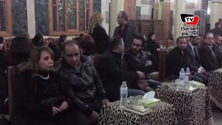 أحمد حلمي وكريم عبد العزيز يؤدون واجب العزاء في والدة «تامر»