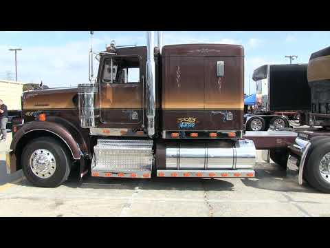 """Klos Brother's 1985 Kenworth W900B """"Tootsie Roll"""" At Truckin' For Kids 2019"""