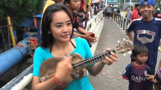 Video Tutorial singkat main ukulele ala Yanti pengamen jalanan cantik download MP3, 3GP, MP4, WEBM, AVI, FLV Oktober 2017