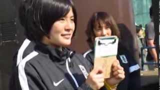 試合後のファンサービスに応じる浦和レッズレディースMF猶本光選手.