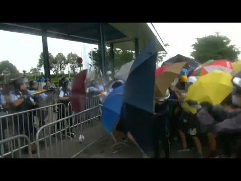 شاهد: اشتباكات عنيفة بين المتظاهرين والشرطة في هونغ كونغ…  - 23:53-2019 / 6 / 12