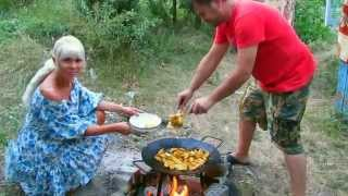 Готовим на костре. Cooking over a campfire.