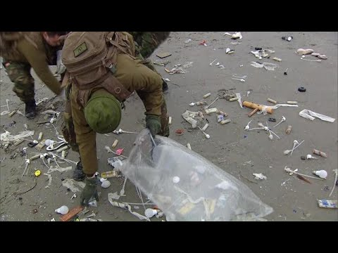 Van schoenen tot zeeppompjes: militairen helpen opruimen op Schiermonnikoog - RTL NIEUWS