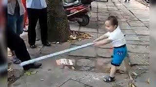 Cậu Bé 3 Tuổi Đối Đầu Công An Bằng Ống Thép | Trung Quốc Không Kiểm Duyệt