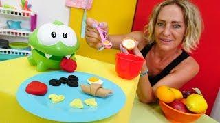 Nicole macht für OmNom Frühstück.Spielzeugvideo für Kinder.