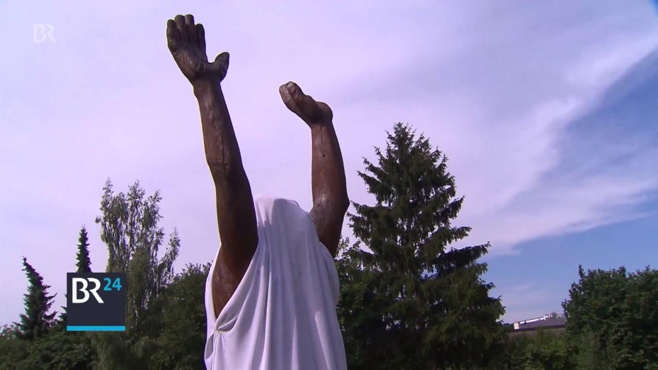 Streit um nackte Skulptur neben Grundschule - YouTube