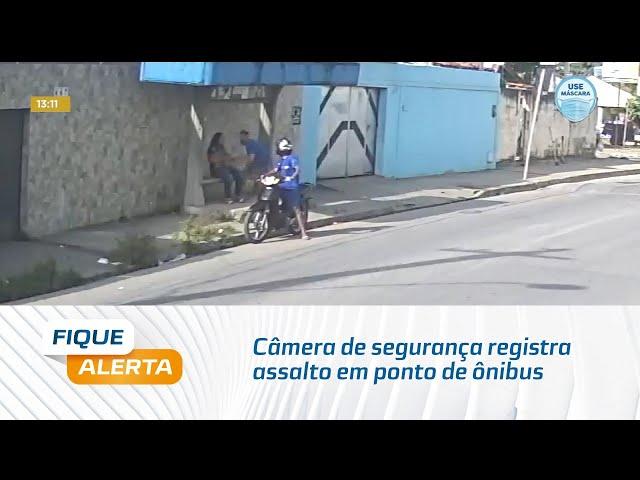 Câmera de segurança registra assalto em ponto de ônibus no bairro Antares