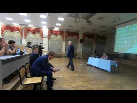 Анатолий Суханов и Александр Иванин проходят на собрание собственников дома по Карла Маркса 12