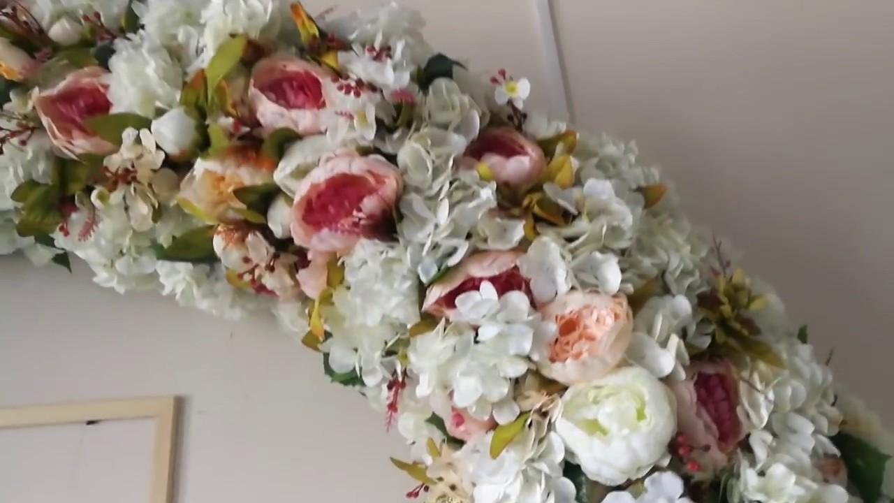 Арка из искусственных цветов.