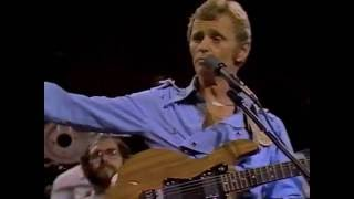 "Jerry Reed plays and sings  ""Eastbound and Down"" live in 1982"
