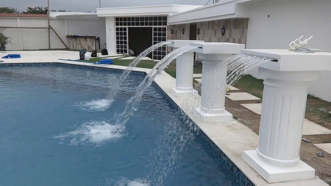 Cascadas tipo manto y tipo lluvia instaladas al borde de for Cascadas de piscinas