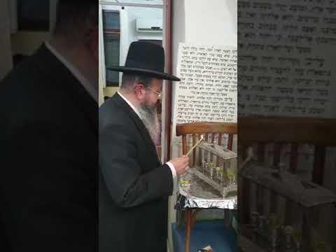 הגאון רבי יצחק בצרי בהדלקת נר חנוכה בישיבת השלום