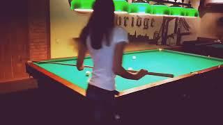 Девушка играет в бильярд