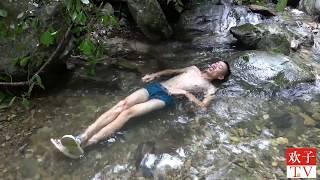 【欢子TV】农村小伙野外的泳池能养螃蟹能荡秋千,你想来游泳吗,女士优先