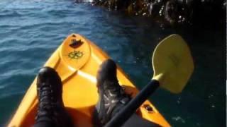 Señoras que se meten en kayaks en Pembrokeshire, Gales
