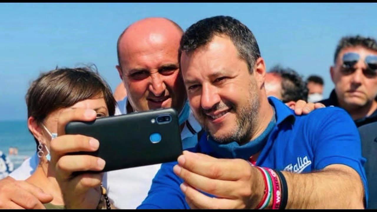 Perchè la polizia multa (giustamente) i comuni cittadini per assembramenti ma non Salvini?