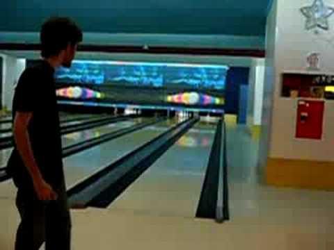 Travis Argentina juega al bowling