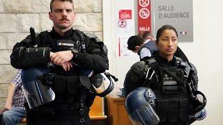 Французские полицейские требуют уважения