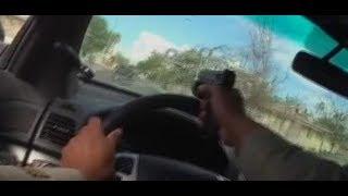 VERFOLGUNGSJAGD: Polizist schießt durch eigene Windschutzscheibe