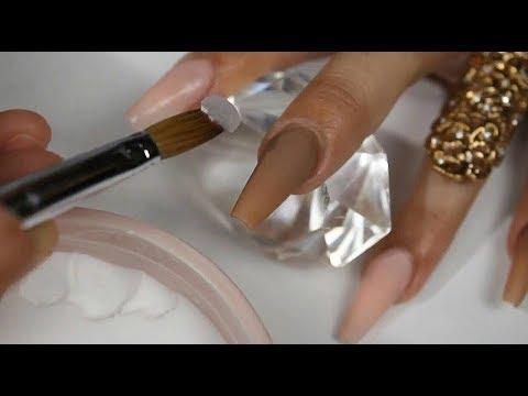 Uñas acrílicas con covers nude y diseño en animal print thumbnail