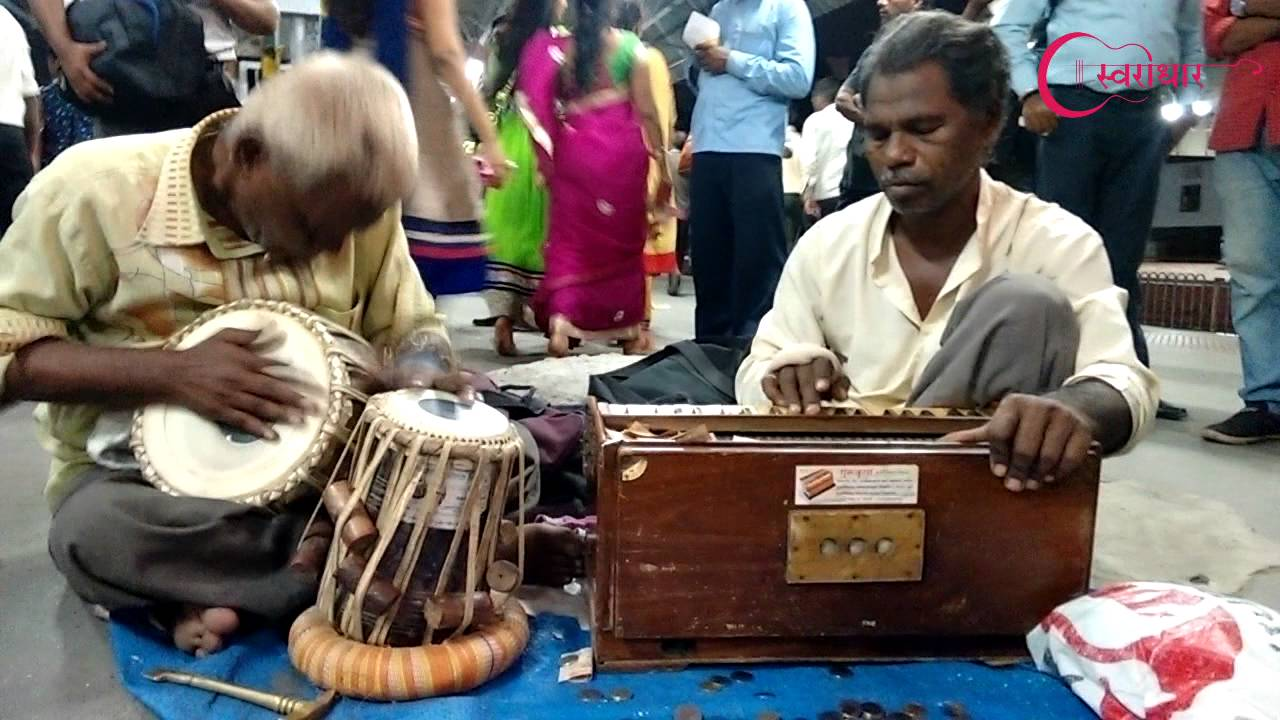 Street artists playing harmonium and tabla