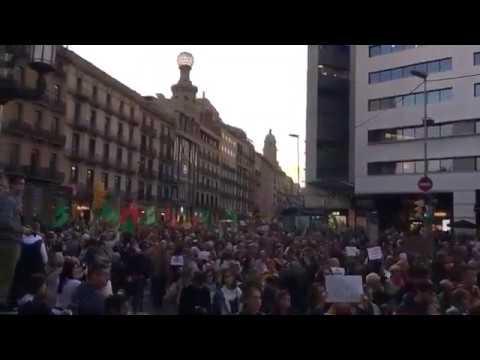 """Miles de personas protestan en Barcelona por la """"represión"""" contra los jóvenes"""