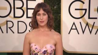 Lola Kirke reveals armpit hair on Golden Globes red carpet