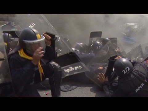 Thai police and protesters exchange gunfire