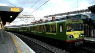コノリー駅を出発するダブリン近郊電車DART