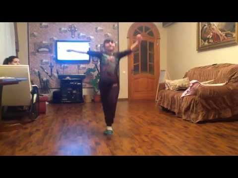 Девочка танцует сууууупер ШАЛАХО!!!!!