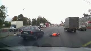 Couple crashes into a car while crossing - dashcam