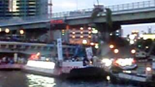 2009年・天神祭り 船ではいろんな催しが行われており、 この船では...
