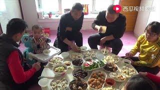 【牛二条】679东北农村热炕头上 老少十口热闹吃早饭 大锅饺子小锅菜真诱人!