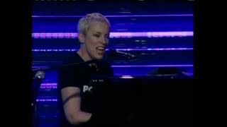 Annie Lennox - Sisters are doin