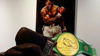 """شاهد.. مقتنيات أسطورة الملاكمة الراحل """"كلاي"""" في مزاد علني بلندن"""