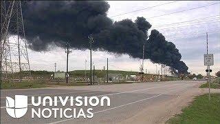 Incendio afecta a un depósito de petróleo cerca de Houston, Texas.