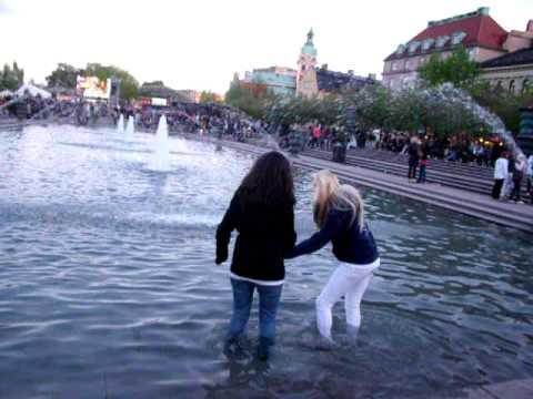Niki och Martina badar!