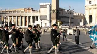 Musikkapelle Waging am See - Standerl für Papst Benedikt XVI am Petersplatz in Rom
