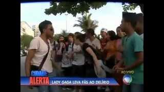 Lady Gaga manda lanche para fãs  em porta de hotel em Ipanema (RJ)