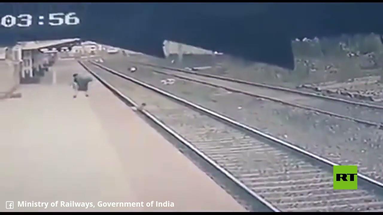 موظف سكة الحديد في الهند ينقذ فتى من تحت عجلات قطار في اللحظة الأخيرة  - نشر قبل 5 ساعة