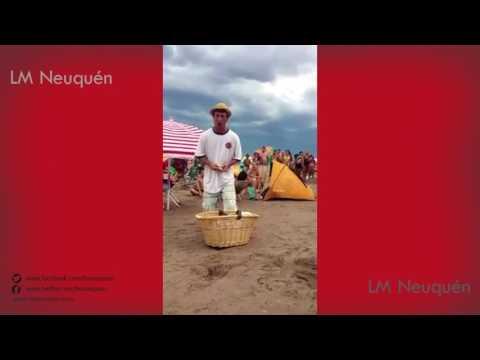 Mirá el divertido duelo entre un vendedor de churros y el de donas en la playa  de Las Grutas
