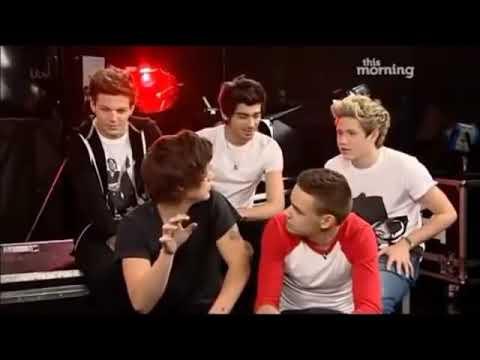 Harry singing Louis' ringtone